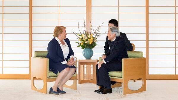 La presidenta de Chile, Michelle Bachelet, y el emperador de Japón, Akihito - Sputnik Mundo