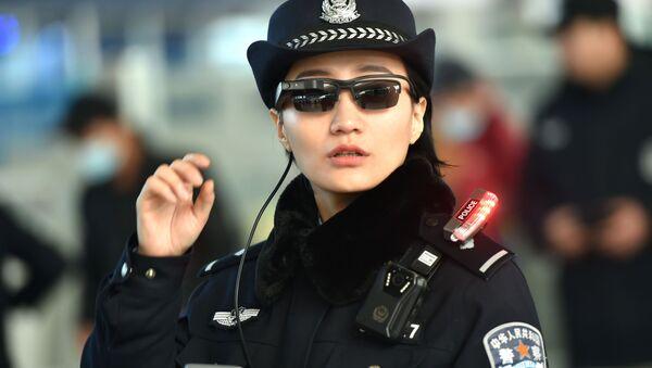 Una oficial de policía lleva unas gafas inteligentes con reconocimiento facial de Zhengzhou - Sputnik Mundo