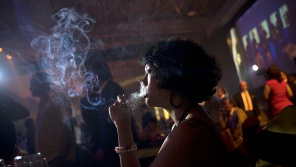 Mujer fuma un puro durante del Festival Internacional del Habano en Cuba - Sputnik Mundo