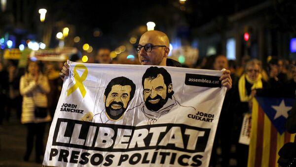 Un cartel con la cara de Jordi Sànchez y Jordi Cuixart - Sputnik Mundo