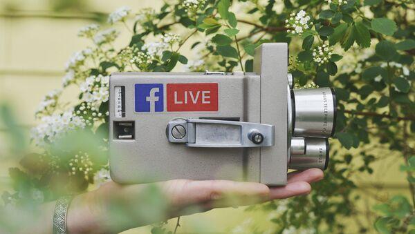 Una cámara con el logo de Facebook Live (imagen referencial) - Sputnik Mundo