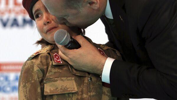 Recep Tayyip Erdogan besando a Amine Tiras - Sputnik Mundo