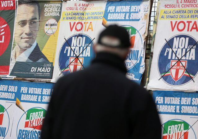 Un hombre mira afiches electorales en Pomigliano D'Arco, en las afueras de Nápoles.
