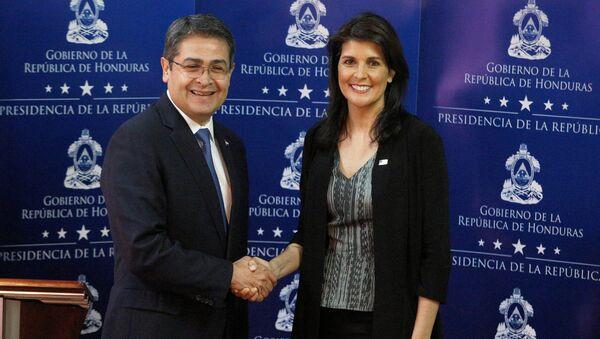El presidente de Honduras, Juan Orlando Hernández, junto a la embajadora de Estados Unidos ante la Organización de las Naciones Unidas, Nikki Haley - Sputnik Mundo