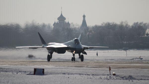 Uno de los prototipos del Su-57 durante el primer vuelo de larga duración entre el Lejano Oriente ruso y Moscú (archivo, enero de 2013) - Sputnik Mundo