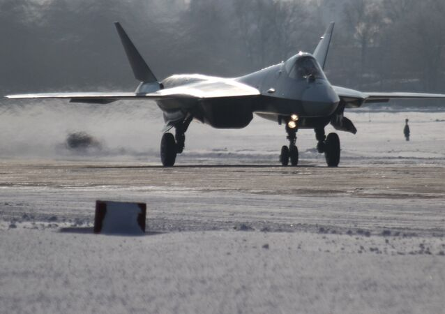 Uno de los prototipos del Su-57 durante el primer vuelo de larga duración entre el Lejano Oriente ruso y Moscú (archivo, enero de 2013)