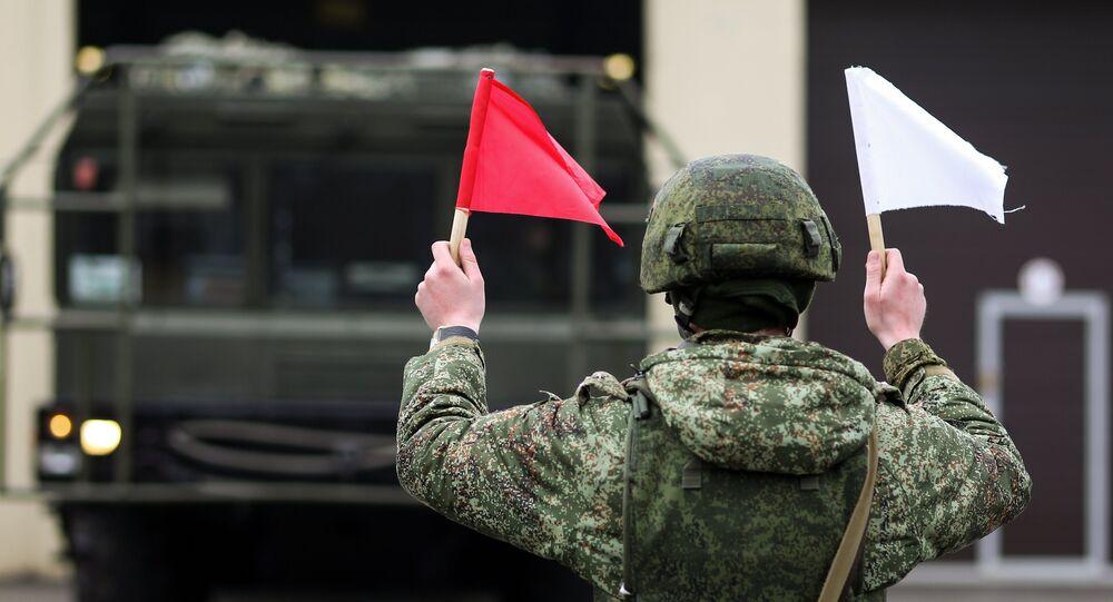 Un militar ruso junto al sistema de misiles tácticos ruso Iskander-M (imagen referencial)
