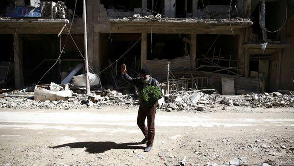 Un hombre en Guta Oriental, Siria - Sputnik Mundo