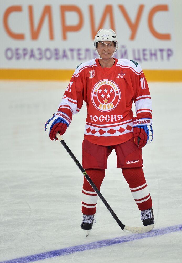 El presidente ruso como jugador del equipo Leyendas del hockey, durante un partido con los estudiantes del centro educativo para niños superdotados Sirius, en Sochi