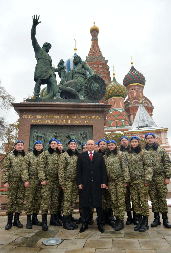 El presidente Vladímir Putin en una ceremonia de entrega de flores al monumento de Minin y Pozharski, en la Plaza Roja, como parte de un evento dedicado al Día de la Unidad Nacional