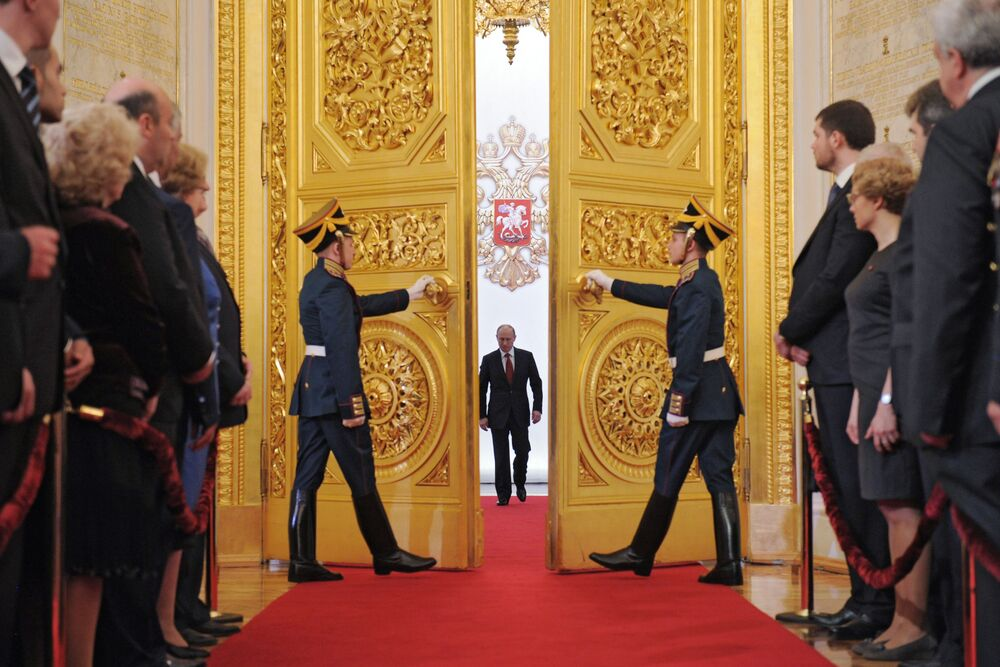 El entonces presidente electo Vladímir Putin entra en la sala de San Andrés del Gran Palacio del Kremlin durante la ceremonia de toma de posesión