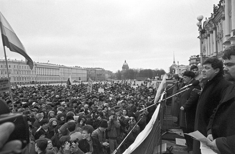 Grigori Yavlinski durante una manifestación contra las operaciones militares en Chechenia