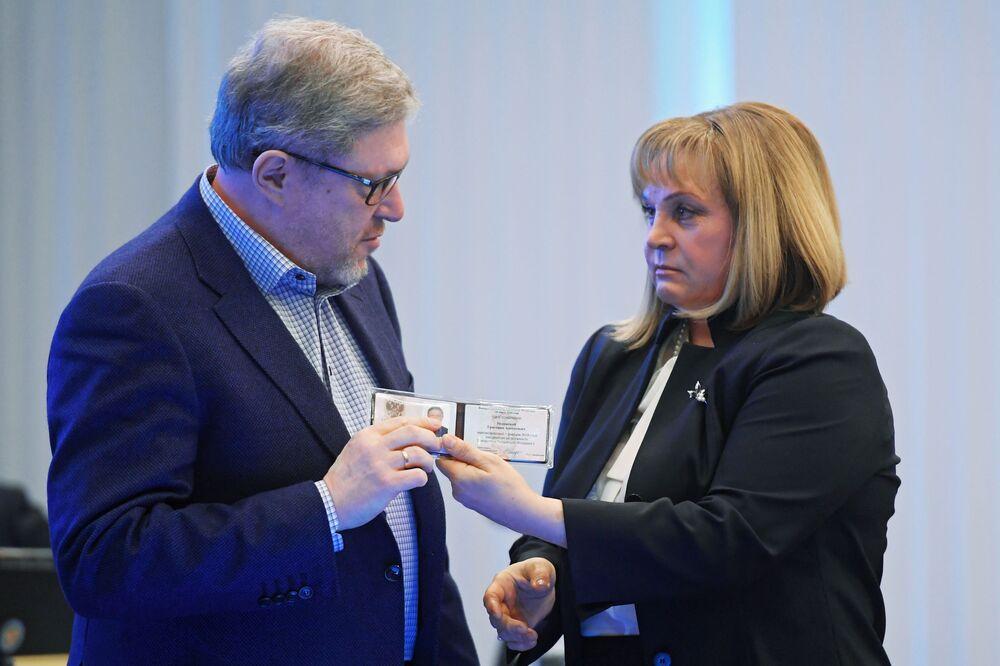 La presidenta de la Comisión Electoral Central de Rusia entrega el certificado de candidato a Grigori Yavlinski