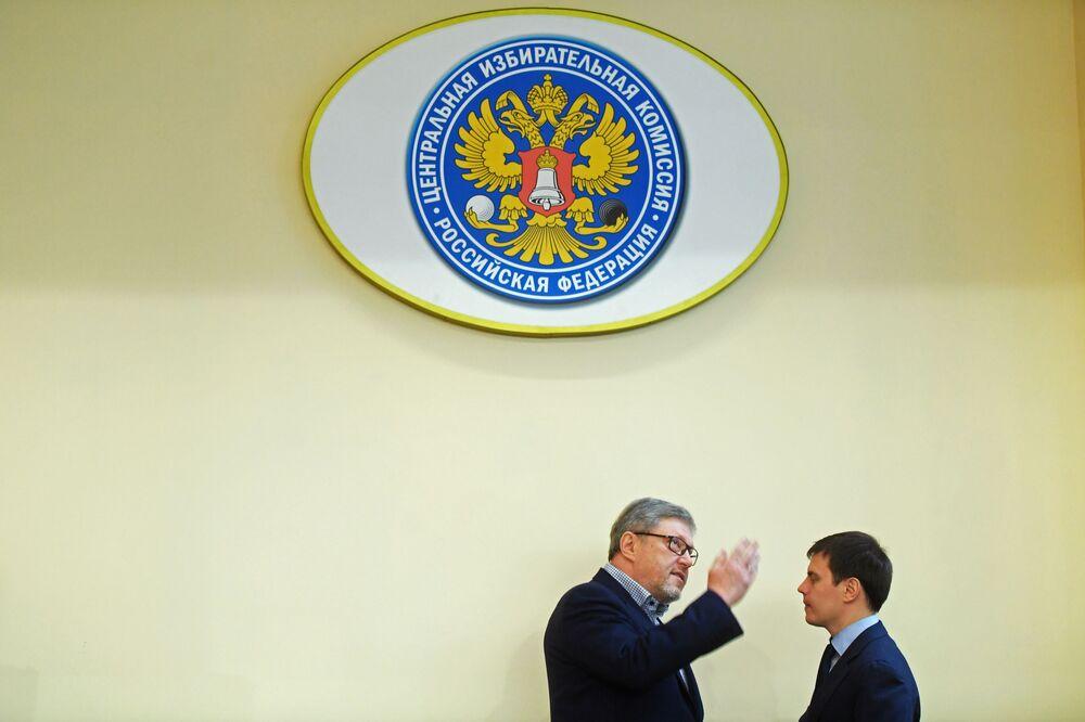El líder del partido Yábloko, Grigori Yavlinski, se presenta ante la Comisión Electoral Central de Rusia