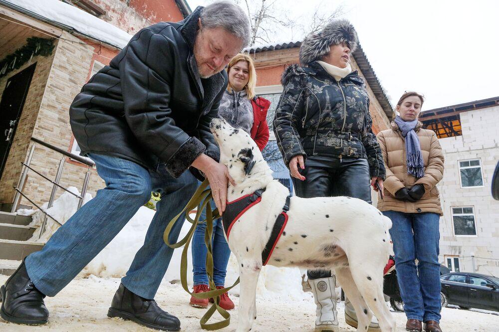 El candidato presidencial de Rusia por el partido Yábloko, Grigori Yavlinski, durante una visita a un refugio de perros