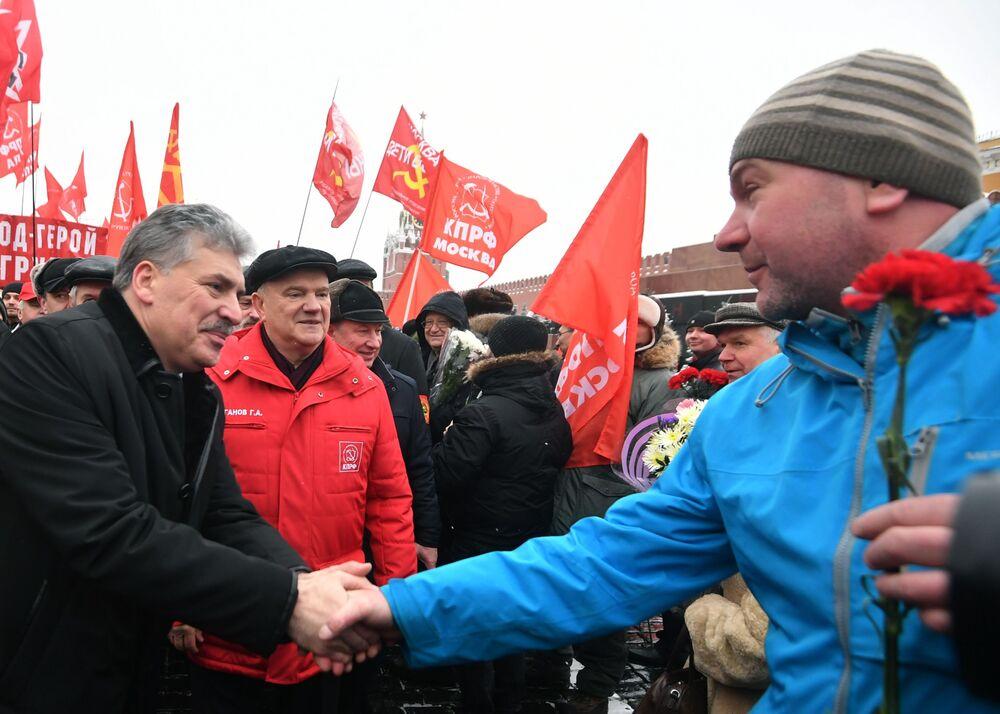 El candidato presidencial Pável Grudinin y el líder del partido KPRF, Guennadi Ziugánov, en la ceremonia de ofrenda floral por el 94º aniversario de la muerte de Lenin, Plaza Roja