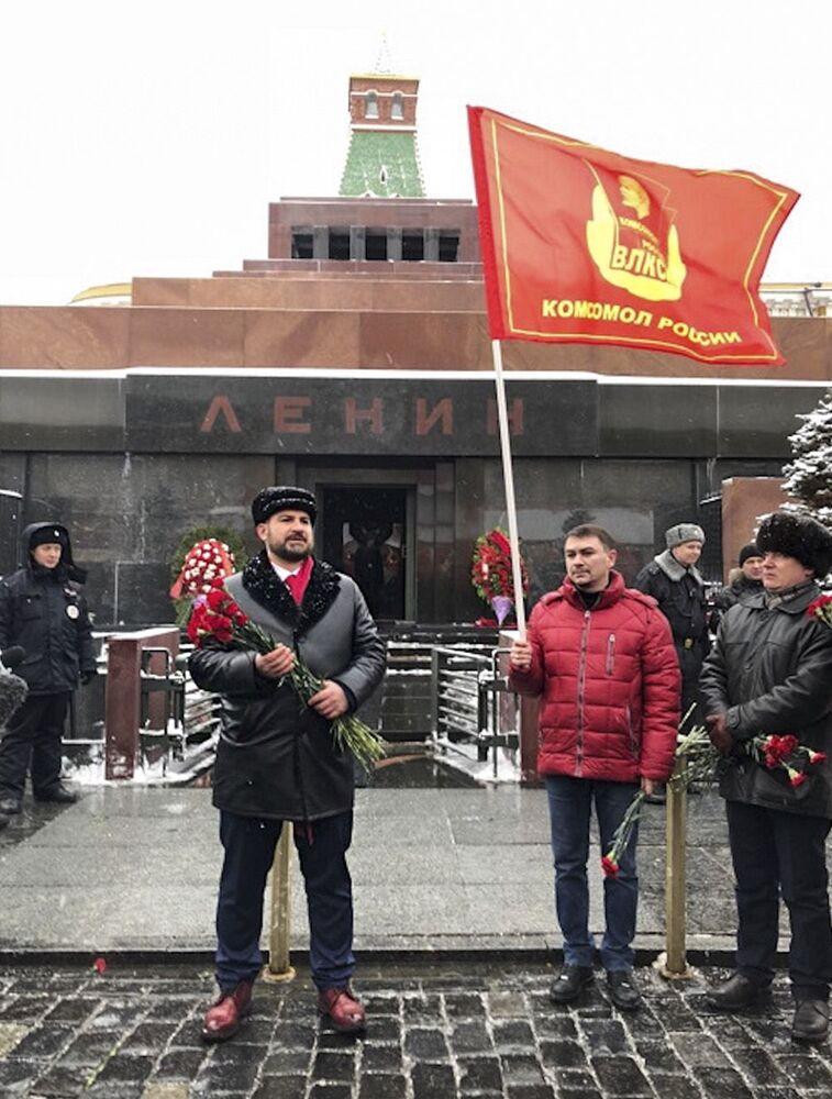 El candidato a la Presidencia de Rusia por el partido Comunistas de Rusia, Maxim Suraikin, en el Mausoleo de Lenin, Plaza Roja