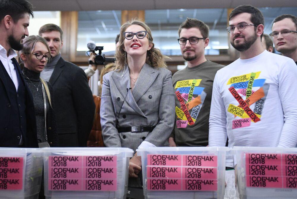 La candidata presidencial por el partido Iniciativa Civil, Ksenia Sobchak, y sus partidarios durante la entrega de las firmas en apoyo a la inscripción de Sobchak como candidata presidencial ante la autoridad electoral rusa