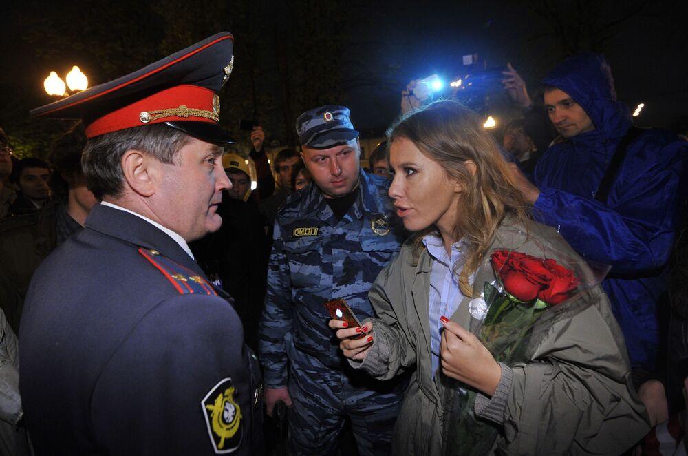 La presentadora de televisión Ksenia Sobchak habla con un policía durante una manifestación de la oposición en la plaza Kudrinskaya de Moscú