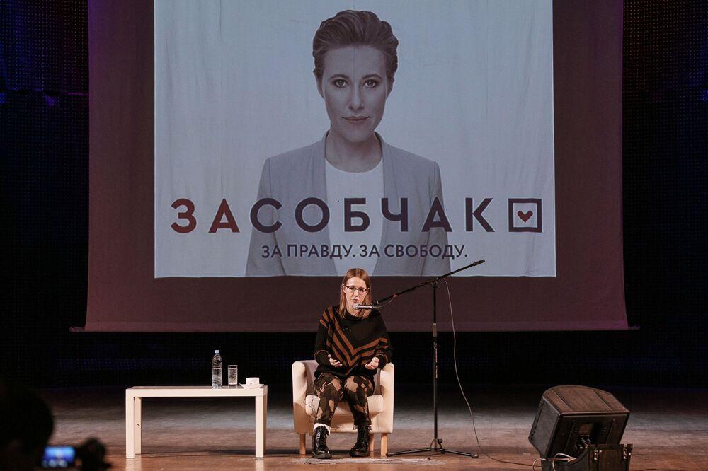 Ksenia Sobchak, presentadora de televisión y candidata presidencial por el partido Iniciativa Civil, durante un encuentro con los habitantes de la ciudad de Múrmansk