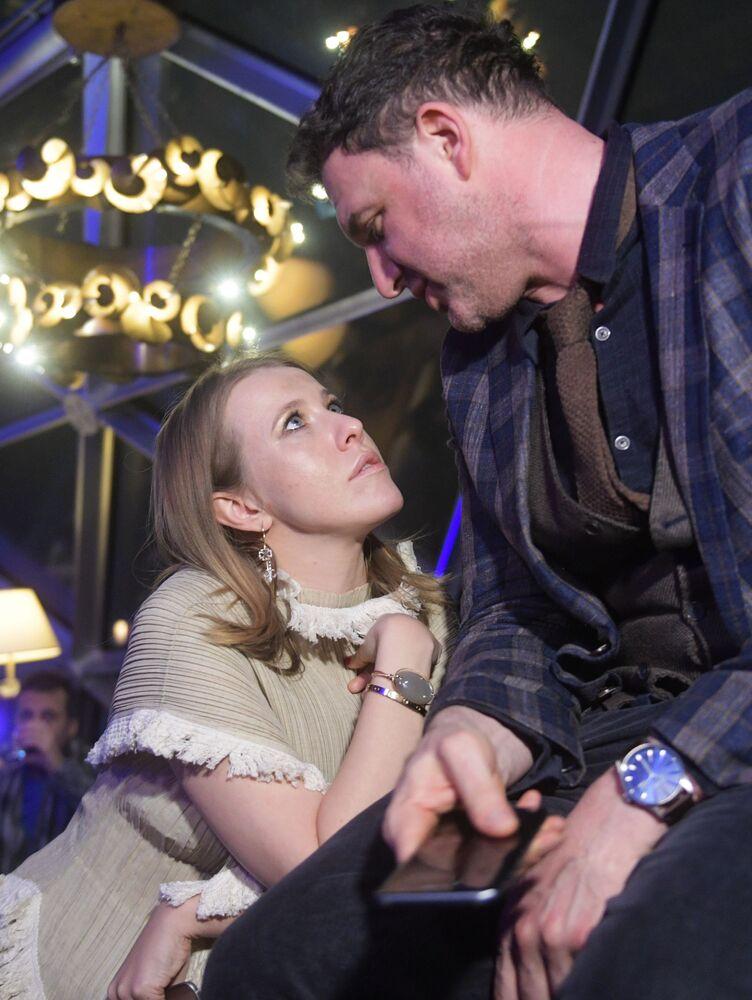 La presentadora de televisión Ksenia Sobchak y su esposo, el actor Maxim Vitorgán, durante la presentación del nuevo modelo de 'smartphone' Samsung Galaxy S8 en el hotel Ritz Carlton de Moscú