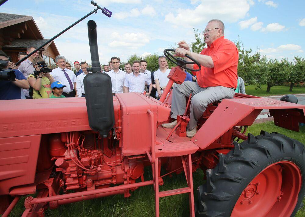 El líder del Partido Liberal Demócrata de Rusia, Vladímir Zhirinovski, durante una visita a la explotación agrícola ('sovjós') Lenin