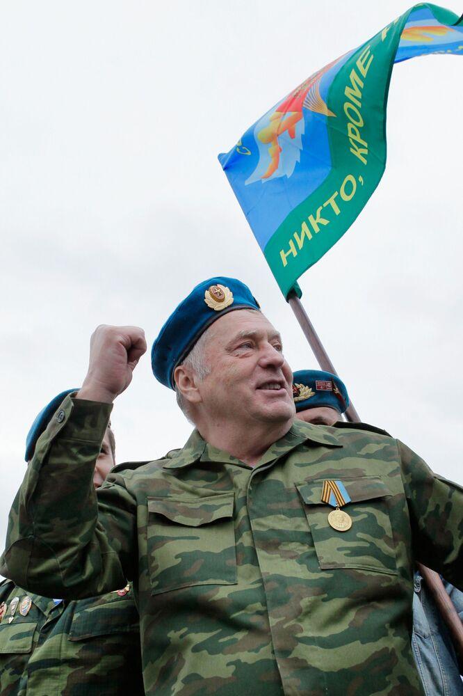 El líder del Partido Liberal Demócrata de Rusia, Vladímir Zhirinovski,  durante la actuación de los paracaidistas en la Plaza Roja de Moscú, realizada el día de San Iliá en la calle Ilinka. En esa jornada se celebró también el Día de las Fuerzas Aerotransportadas de Rusia y el Día de la Calle Ilinka
