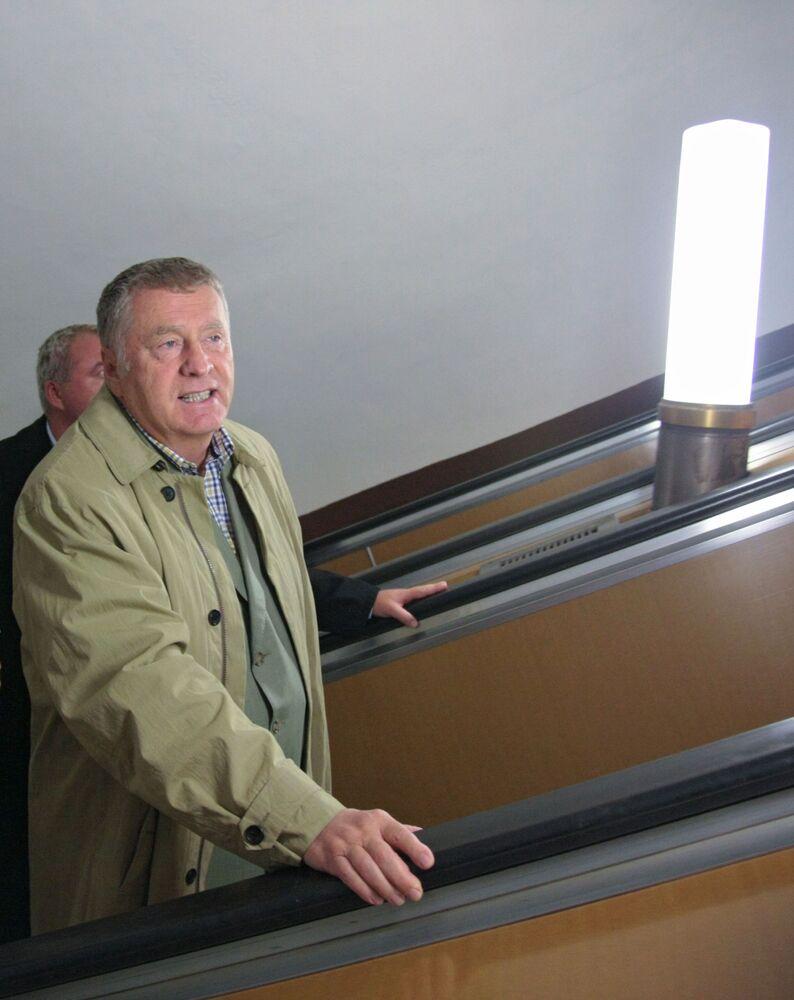 Vladímir Zhirinovski, en aquel momento vicepresidente de la Cámara Baja del Parlamento, acude a su trabajo en la Duma en metro