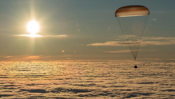 Спускаемая при помощи парашюта капсула космического корабля Союз МС-06 доставляет на Землю трех членов международного экипажа МКС - Sputnik Mundo