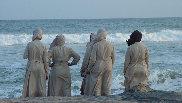 Monjas miran el mar en la India - Sputnik Mundo