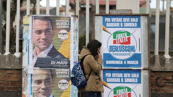 Una mujer camina por delante de afiches electorales en Pomigliano D'Arco, cerca de Nápoles. - Sputnik Mundo