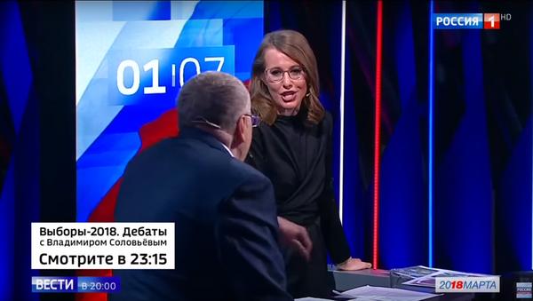 Los candidatos Vladímir Zhirinovski y Ksenia Sobchak durante los debates de las elecciones presidenciales de Rusia 2018 - Sputnik Mundo