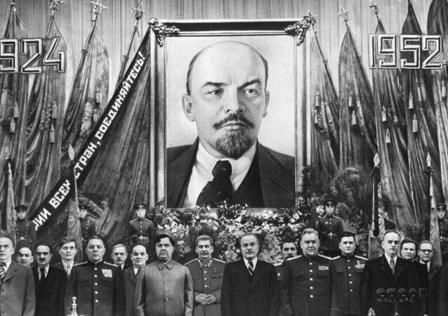 Iósif Stalin y otros políticos durante una ceremonia solemne celebrada con motivo del 28 aniversario de la muerte de Lenin
