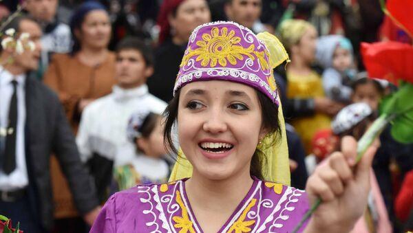 Una chica en traje nacional en Tayikistán - Sputnik Mundo