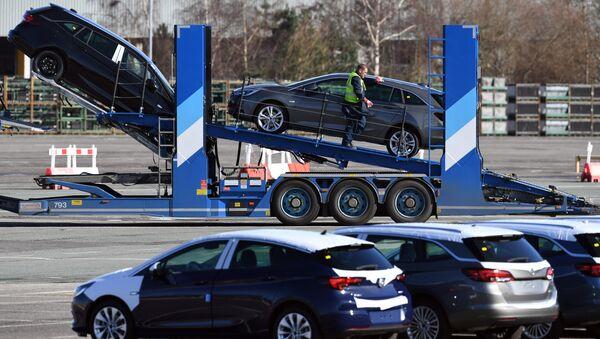 Los automóviles de Opel son preparados para distribución en la planta de producción de Vauxhall en Ellesmere Port, Inglaterra - Sputnik Mundo