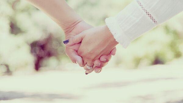 Una pareja cogida de las manos (imagen referencial) - Sputnik Mundo