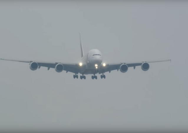 Aterriza el avión más grande del mundo en medio de una tormenta