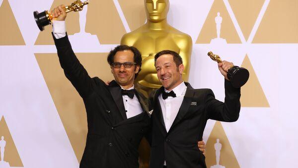 Dan Cogan y Bryan Fogel, cineastas norteamericanos durante la gala de los Oscar - Sputnik Mundo