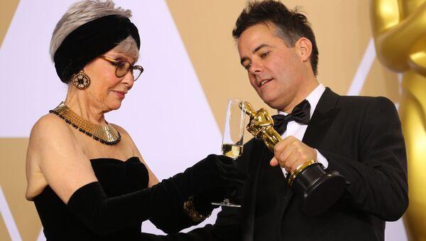 La actriz Rita Moreno junto con el director Sebastián Lelio - Sputnik Mundo