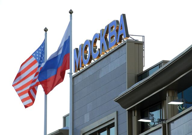 Banderas de Rusia y EEUU en Moscú