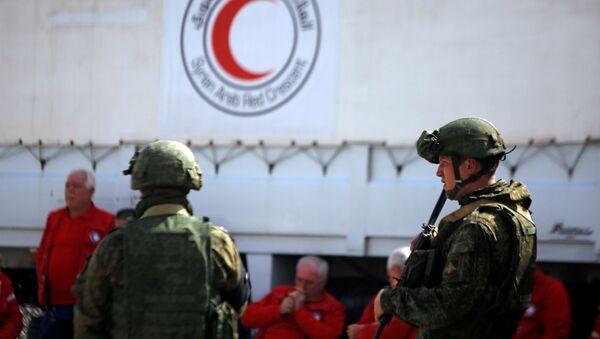 Militares rusos patrullan el convoy humanitario de Media Luna Roja en Guta Oriental - Sputnik Mundo