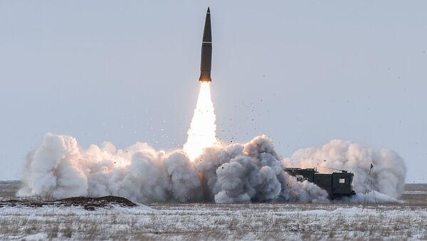 Prueba de un misil balístico en el polígono Kapustin Yar en Rusia (archivo) - Sputnik Mundo