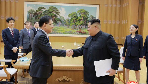 El representante de la delegación especial de Corea del Sur y el líder de Corea del Norte, Kim Jong-un - Sputnik Mundo