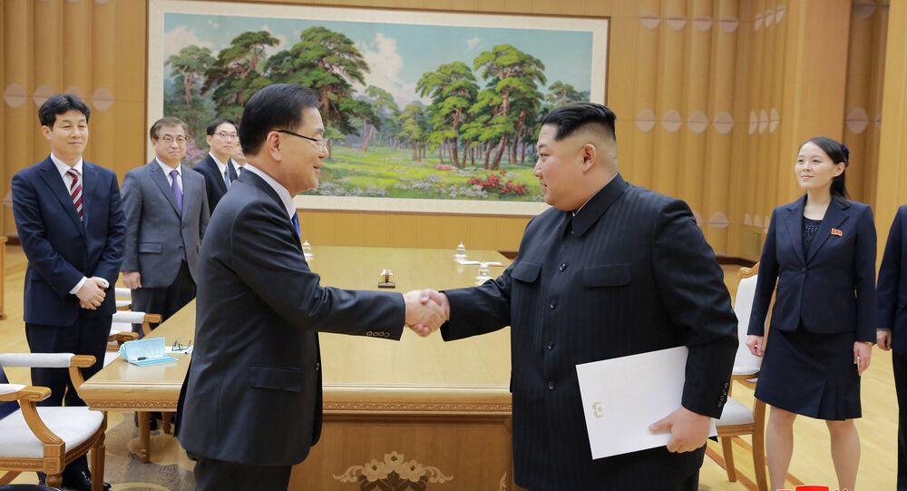 El representante de la delegación especial de Corea del Sur y el líder de Corea del Norte, Kim Jong-un