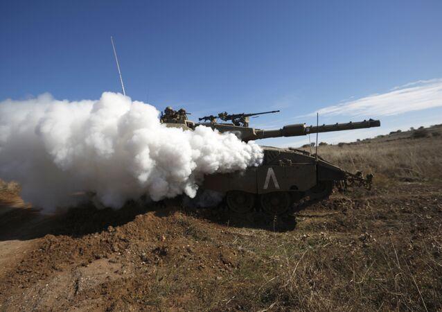 Tanque israelí durante unos ejercicios militares en los Altos de Golán (archivo)