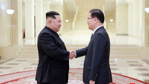 El líder norcoreano, Kim Jong-un, estrecha la mano a Chung Eui-yong, asesor de seguridad surcoreano - Sputnik Mundo