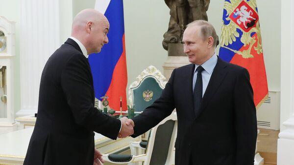 Vladímir Putin, presidente de Rusia (drcha.), y Gianni Infantino, presidente de la FIFA (izda.), en el Kremlin de Moscú - Sputnik Mundo