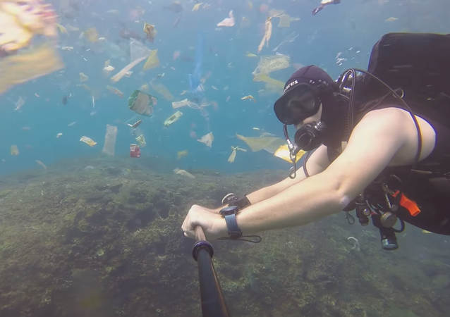 Un buzo se sumerge en un espantoso océano de basura en Indonesia