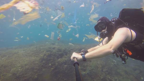 Un buzo se sumerge en un espantoso océano de basura en Indonesia - Sputnik Mundo