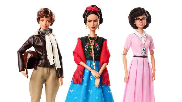 Las nuevas muñecas Barbie rinden homenaje a Frida Kahlo y otras mujeres destacadas - Sputnik Mundo